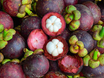 Frutas orgánicas frescas del mangostán en el mercado Foto de archivo