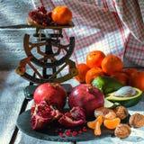 Frutas orgánicas frescas, muchas escalas de los colores, del aguacate, del mango, de las nueces, del granate, del mandarín y del  imagen de archivo