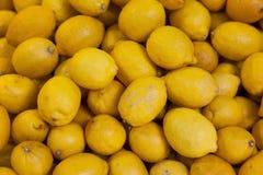 Frutas orgánicas reales del limón en la parada Imagenes de archivo