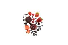 Frutas orgánicas y bayas aisladas en blanco con el espacio de la copia Fotografía de archivo libre de regalías