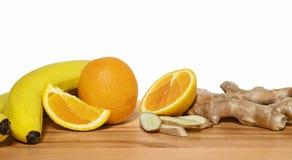 Frutas para los smoothies del tonifiyng en una tabla de cortar de madera con el wh foto de archivo