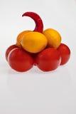 Frutas, pirámide de los vehículos. imagenes de archivo