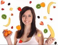 Frutas que caen con la mujer triguena hermosa Fotos de archivo