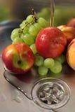 Frutas que se lavan Fotos de archivo libres de regalías