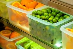 Frutas Refrigerated no Crisper transparente Fotografia de Stock Royalty Free