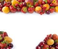 Frutas rojas y amarillas en el fondo blanco Albaricoques maduros, pasas rojas, cerezas y fresas Frutas dulces y jugosas en el bor Fotos de archivo