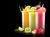 Frutas sabrosas del verano con el jugo en vidrio Fotos de archivo