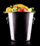 Frutas sabrosas del verano en cubo Imagenes de archivo