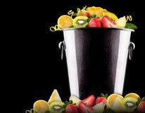 Frutas sabrosas del verano en cubo Imagen de archivo libre de regalías