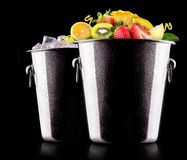 Frutas sabrosas del verano en cubo Imagen de archivo