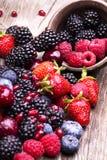 Frutas sabrosas del verano en una tabla de madera imágenes de archivo libres de regalías