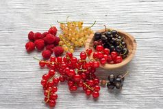 Frutas sabrosas del verano en una tabla de madera Frambuesas Fotografía de archivo libre de regalías