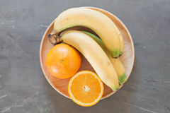Frutas sanas con las naranjas y los plátanos Fotografía de archivo