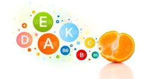 Frutas sanas con símbolos e iconos coloridos de la vitamina Foto de archivo