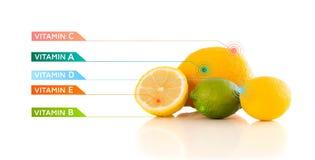 Frutas sanas con símbolos e iconos coloridos de la vitamina Fotografía de archivo