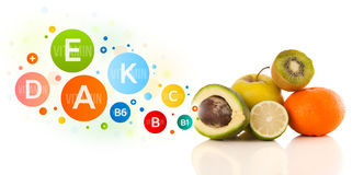 Frutas sanas con símbolos e iconos coloridos de la vitamina Foto de archivo libre de regalías