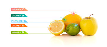 Frutas sanas con símbolos e iconos coloridos de la vitamina Imagen de archivo