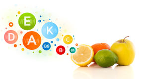 Frutas sanas con símbolos e iconos coloridos de la vitamina Imagen de archivo libre de regalías