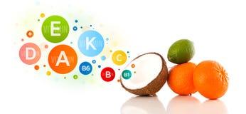 Frutas sanas con símbolos e iconos coloridos de la vitamina Imágenes de archivo libres de regalías