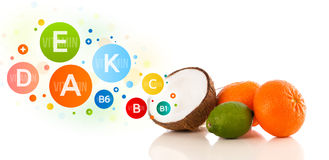 Frutas sanas con símbolos e iconos coloridos de la vitamina Fotos de archivo libres de regalías