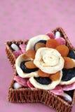 Frutas secadas em uma cesta imagem de stock royalty free