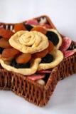 Frutas secadas em uma cesta fotos de stock royalty free