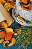 Frutas secadas en cuenco de mimbre en el fondo azul, brezo, bolsa de papel Imagen de archivo libre de regalías