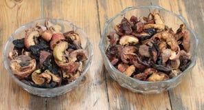 Frutas secadas en dos cuencos redondos en un fondo marrón fotos de archivo
