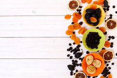 Frutas secadas en el fondo de madera blanco Fotografía de archivo libre de regalías