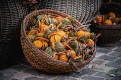Frutas secadas en la cesta vendida en el mercado Fotos de archivo
