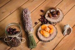 Frutas secadas en las placas y las bayas de madera Fotografía de archivo libre de regalías