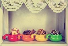 Frutas secadas en tazas coloreadas Fotos de archivo libres de regalías