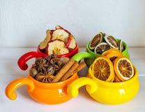 Frutas secadas en tazas coloreadas Fotografía de archivo libre de regalías