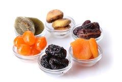 Frutas secadas en tazones de fuente fotos de archivo