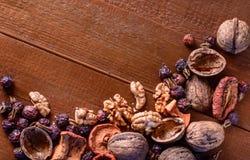 Frutas secadas, nueces y escaramujos secados de las bayas como fondo Imagen de archivo