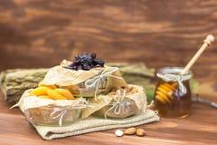 Frutas secadas y mezcla sana orgánica nuts con la miel en fondo rústico Foto de archivo