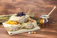 Frutas secadas y mezcla sana orgánica nuts con la miel en fondo rústico Fotos de archivo libres de regalías