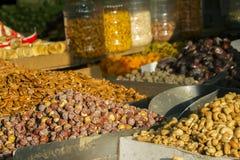 Frutas secas, nuez y nueces, en un bazar oriental en el mercado Fotos de archivo libres de regalías