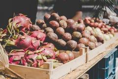 Frutas tropicais exóticas Frutos do dragão e frutos de paixão no mercado do alimento da rua fotografia de stock royalty free