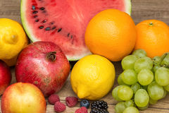 Frutas tropicales del verano en la tabla de madera Fotografía de archivo libre de regalías
