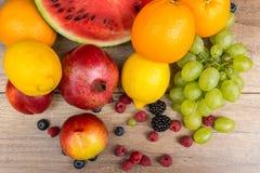 Frutas tropicales del verano en la tabla de madera Imagen de archivo