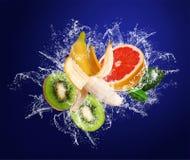 Frutas tropicales en gotas del agua Imagenes de archivo