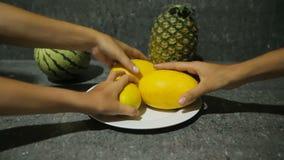 Frutas tropicales frescas en la placa almacen de metraje de vídeo