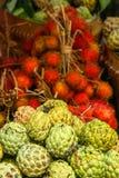 Frutas tropicales para la venta Fotos de archivo libres de regalías