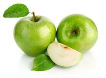Frutas verdes de la manzana con el corte Foto de archivo libre de regalías