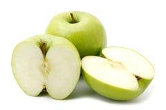 Frutas verdes de la manzana y dos mitades de la manzana Imágenes de archivo libres de regalías