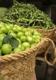 Frutas verdes na cesta Imagens de Stock Royalty Free