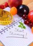 Frutas, verduras y centímetro con el cuaderno, adelgazar y comida sana Fotografía de archivo libre de regalías
