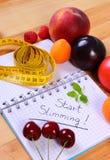 Frutas, verduras y centímetro con el cuaderno, adelgazar y comida sana Imagenes de archivo
