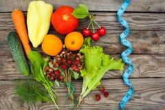 Frutas, verduras y en cinta de la medida en dieta Imágenes de archivo libres de regalías